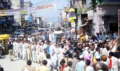 August 21: A large number of people queue up to buy flour on discounted rates at Fawwara Chowk. The citizens are facing extreme humiliation by the security personnel as well as the workers of Punjab government during the distribution of flour and sugar