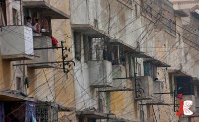 October 05: A large number of illegal electricity connections (kunda) are seen in the flats of Police Lines whereas the KESC administration is taking strict action against illegal electricity connections in poor areas.